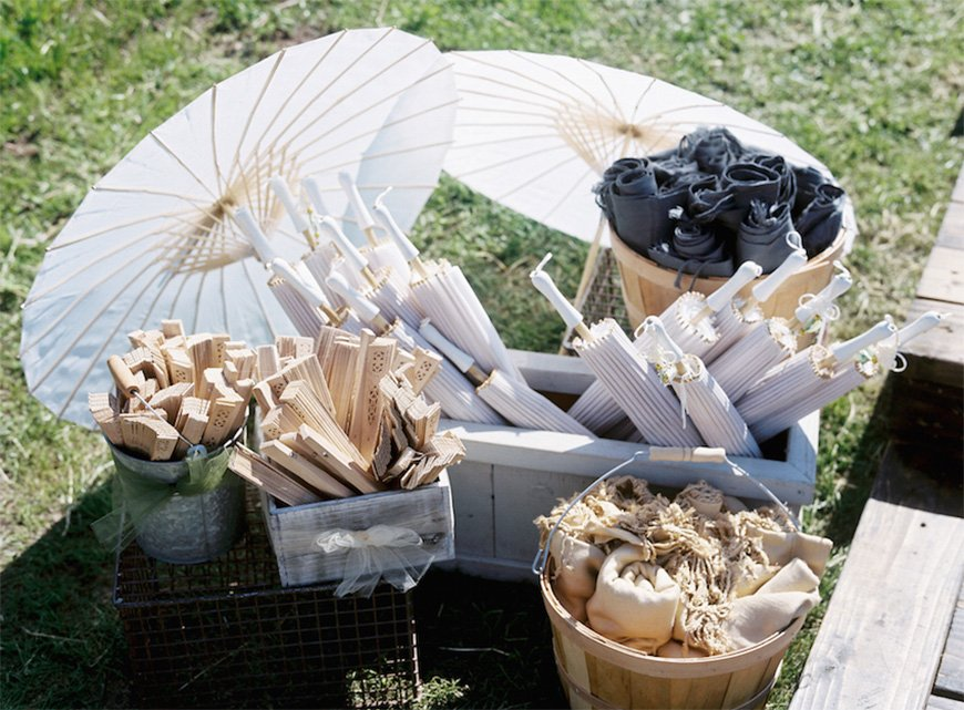 Must-See Outdoor Wedding Ideas - Parasols and fans | CHWV