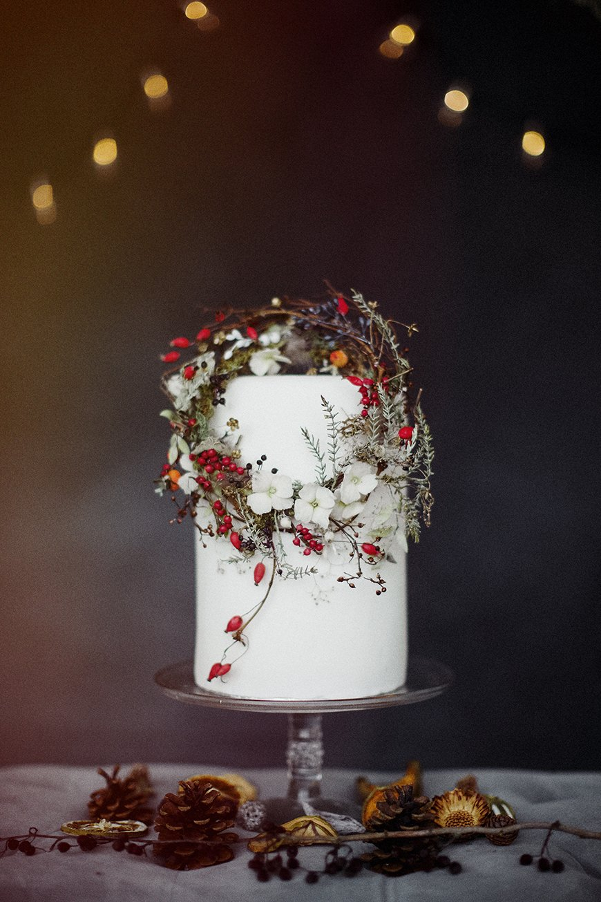 Christmas Wedding Bouquets Uk.The Best Christmas Wedding Flowers For That Festive Feel Chwv