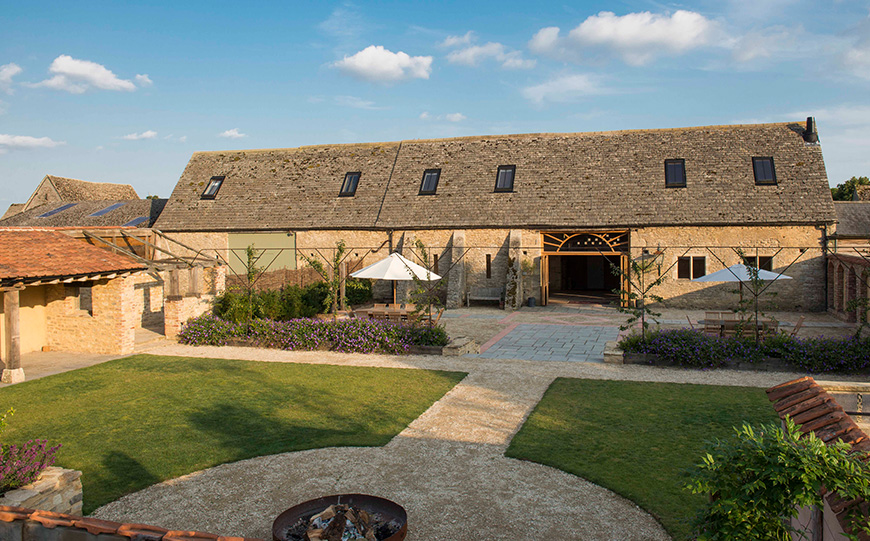 8 Oxfordshire Wedding Venues You Won't Want To Miss - Oxleaze Barn   CHWV