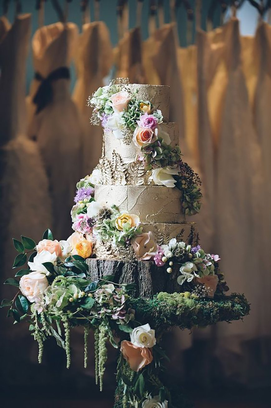 22 Wedding Cakes Fit for a Fairy Tale - Enchanted forest | CHWV