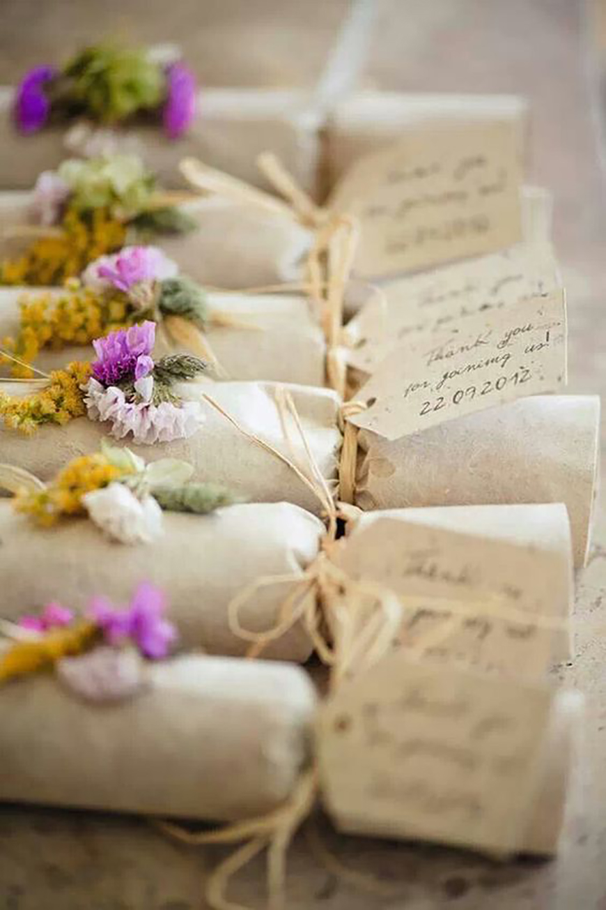 20 Festive Favours for a Winter Wedding - Crackers | CHWV