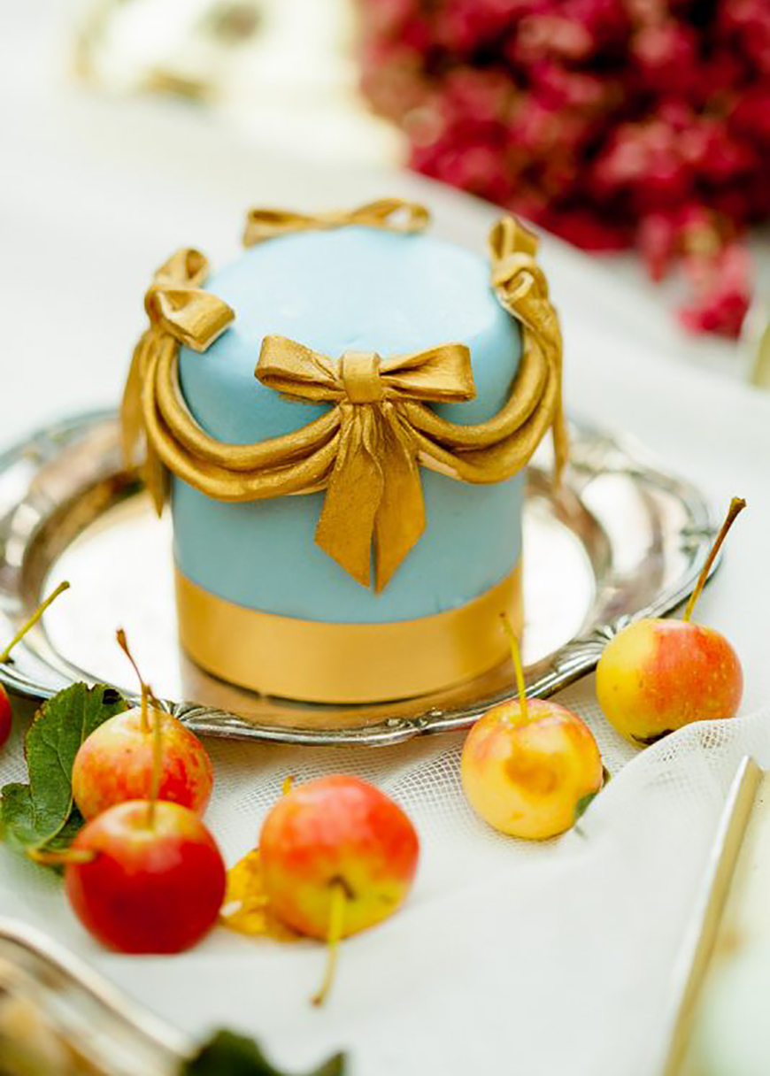 Wedding Ideas By Colour: Gold Wedding Cakes - Miniatures and Cupcakes | CHWV