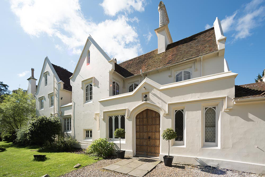 17 Romantic Wedding Venues In The South East - Silchester House | CHWV