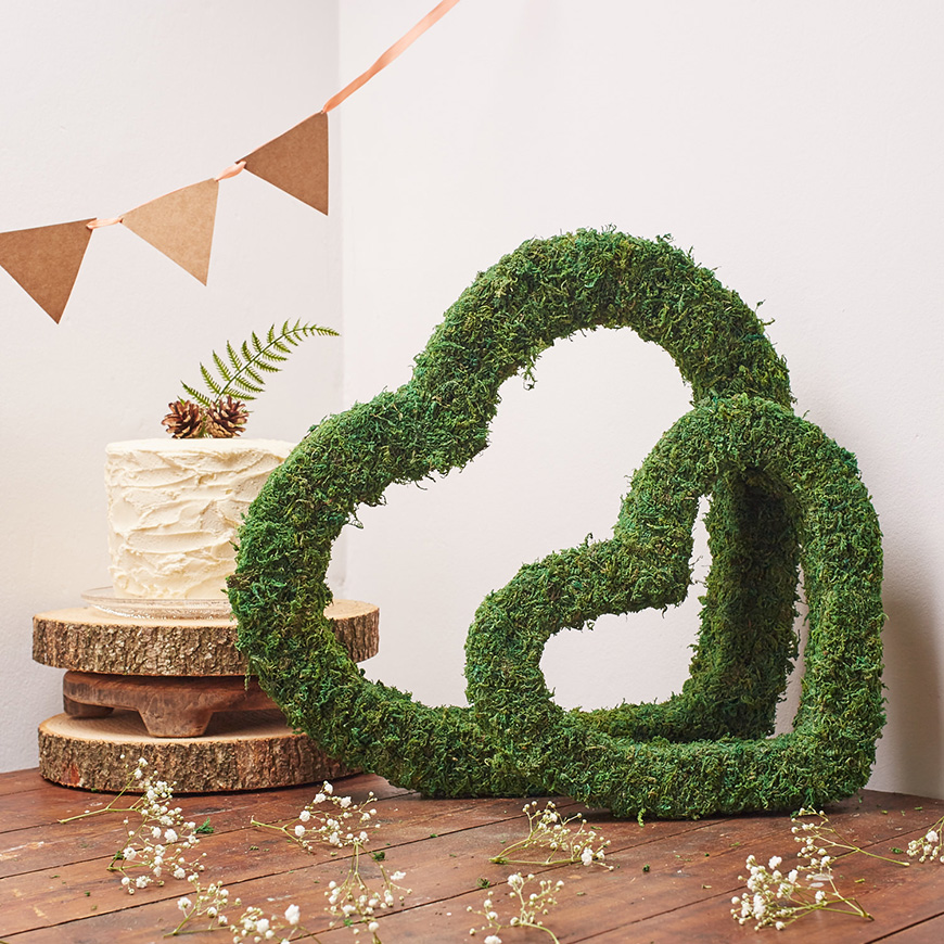 Styling outdoors at your wedding reception - Moss heart | CHWV