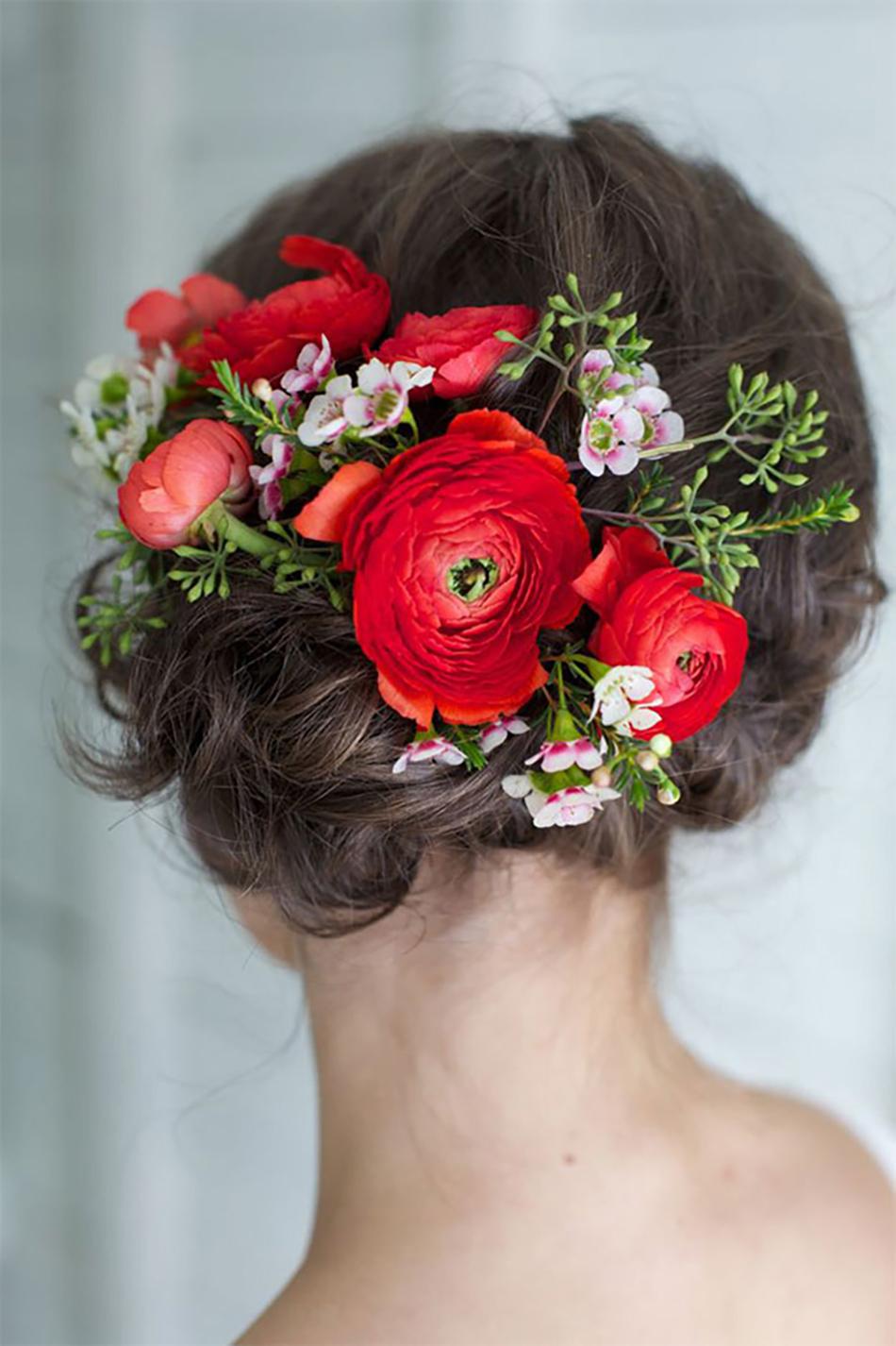 Живые цветы и прическа с живых цветов