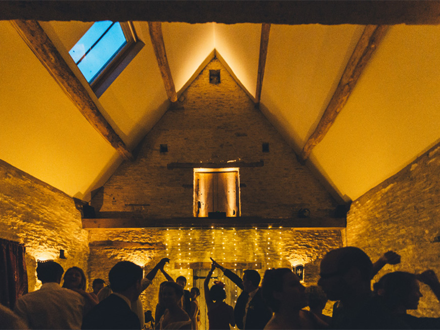 The Perfect Winter Wedding Venues in Oxfordshire - Oxleaze Barn | CHWV