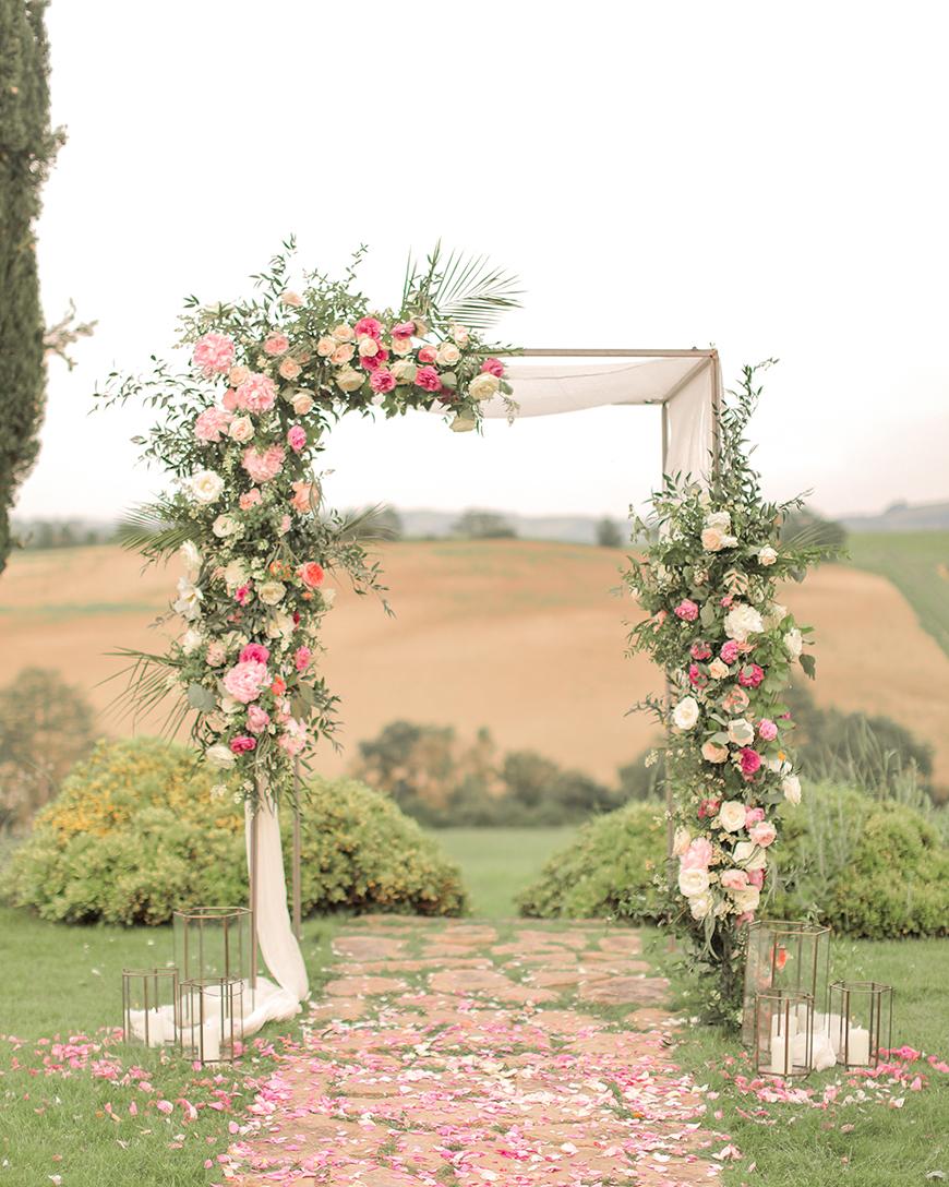12 Colourful Summer Wedding Ideas - Awe-inspiring arches | CHWV
