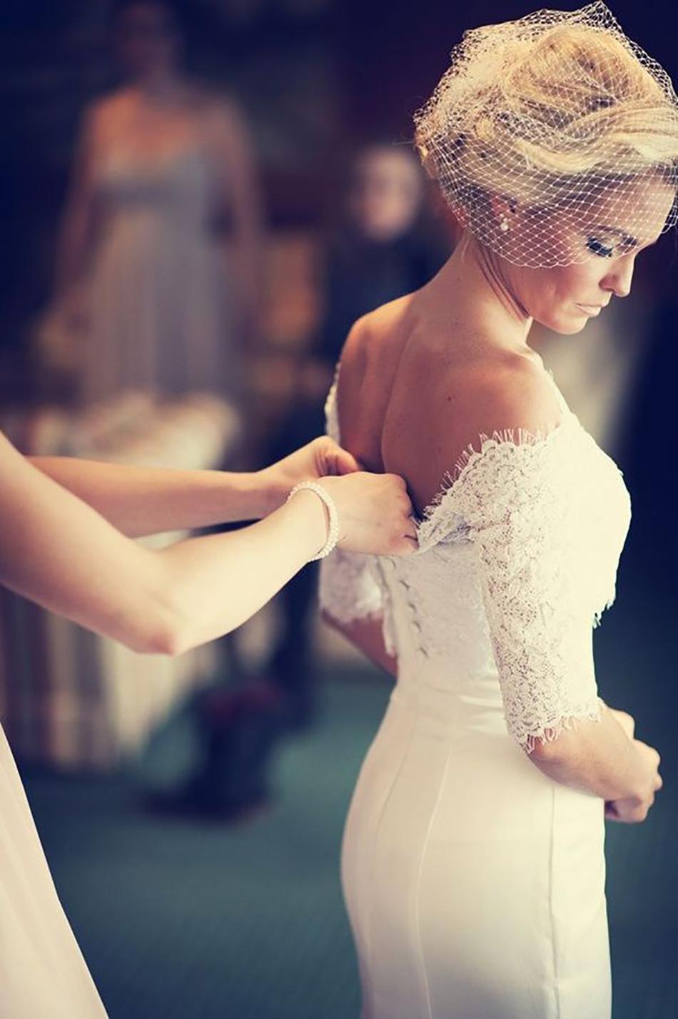 Причёски под платье с открытыми плечами