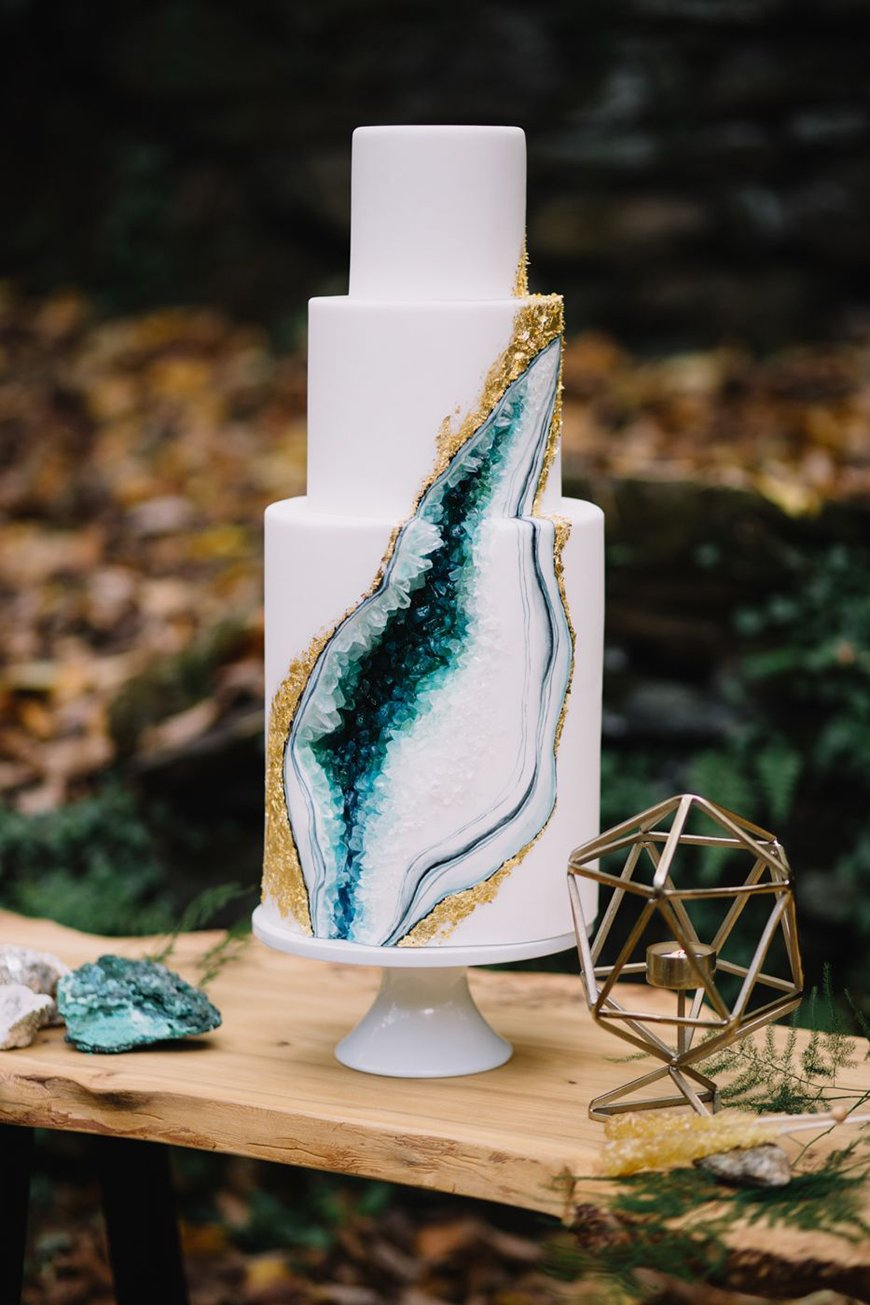 11 Gorgeous Geode Wedding Cakes | CHWV