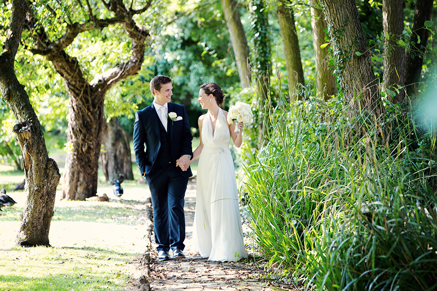 A classic Summer Country House Wedding in Essex - Stroll in the grounds | CHWV