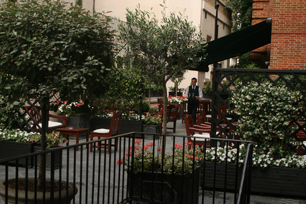 The courtyard at Caledonian Club