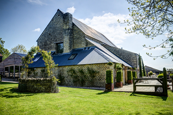 The barn and grounds at Cripps Barn wedding venue in Gloucestershire | CHWV
