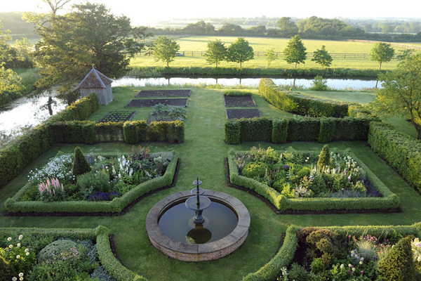 The gardens at Crow's Hall wedding venue in Suffolk | CHWV