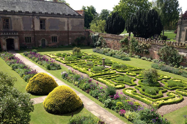 The beautiful gardens at Holme Pierrepont Hall wedding venue in Nottinghamshire | CHWV
