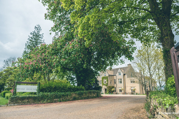 The entrance to Hyde House and Barn wedding venue in Gloucestershire | CHWV