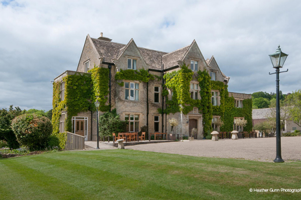 The house and courtyard at Hyde House and Barn wedding venue in Gloucestershire | CHWV