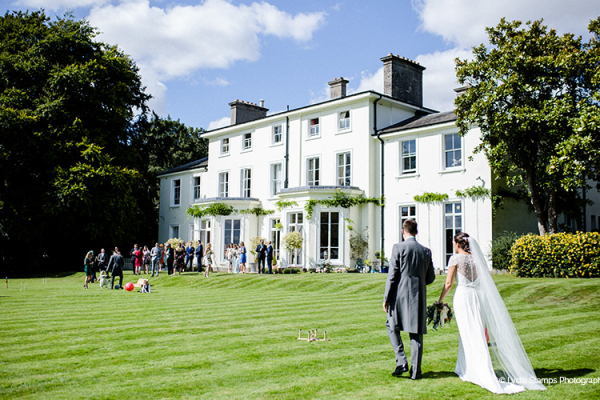 Garden games on the lawn at Penton Park wedding venue in Hampshire | CHWV