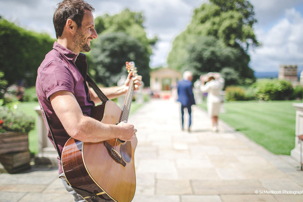 A musician entertains guests at Rowton Castle wedding venue in Shropshire | CHWV